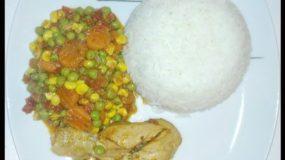 Riz à la sauce aux légumes avec du poulet