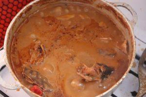 Sauce d'arachide aux poissons fumés
